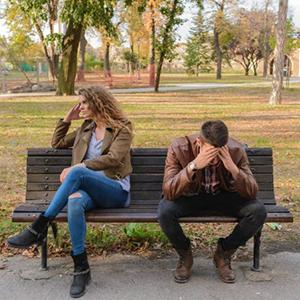 Stel met relatieproblemen op bankje in park